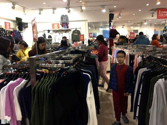 Nhiều trẻ em được bố mẹ cho đi mua sắm quần áo Tết. Các mẫu cho các bé năm nay cũng không khác mọi năm, nhiều gia đình phải đi nhiều cửa hàng mới mua được đồ ưng ý.