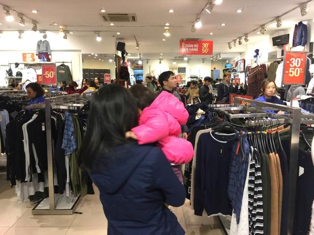 Nhiều mẹ trẻ dẫn cả con đi mua sắm dịp này, theo chị Hoa (Cầu Giấy): Mặc dù rét đậm, rét hại và đồ trẻ em có bán online nhưng vẫn thích chọn trực tiếp để các con thử đồ ưng ý.