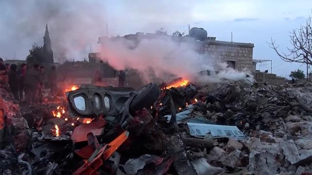 Đống đổ nát được cho là máy bay Su-25 của Nga bị phiến quân bắn rơi tại Idlib hôm 3/2 (Ảnh: Reuters)