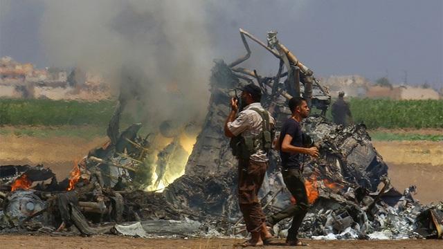 Một trực thăng của Nga bốc cháy sau khi bắn hạ tại khu vực Idlib do phiến quân kiểm soát ngày 1/8/2016 (Ảnh: Reuters)