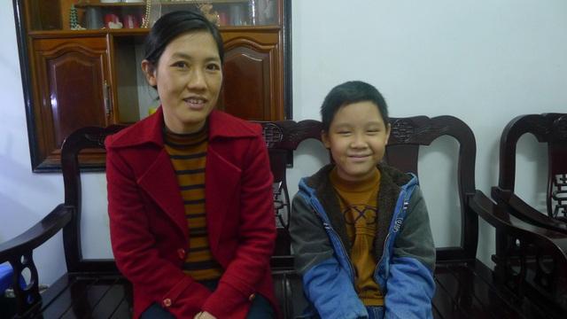 Hai mẹ con bé Nguyễn Thành Đạt.