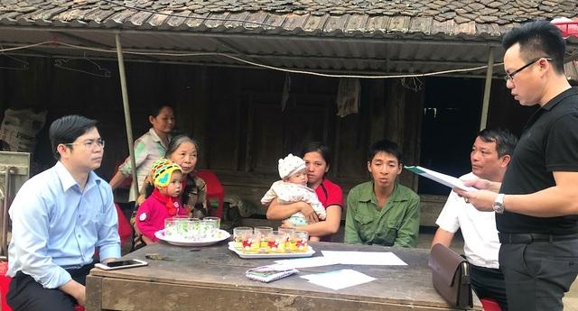 PV Dân trí cùng đại diện chính quyền huyện, xã chia sẻ thông tin mà bạn đọc đã quyên góp ủng hộ gia đình chị Ngọc.
