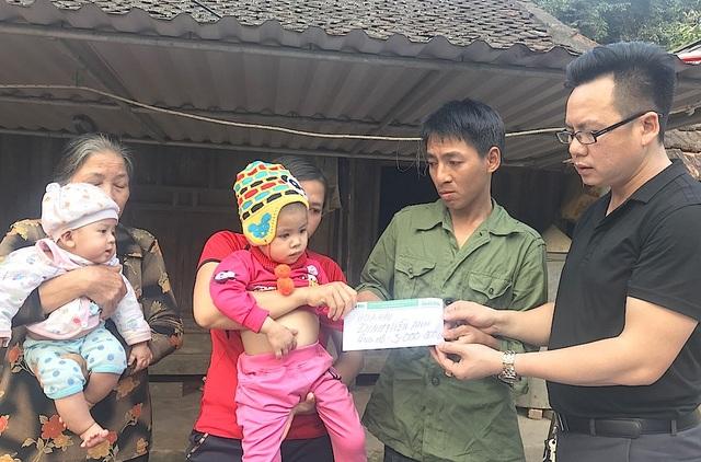 Dịp này, thông qua PV Dân trí, Hoa hậu quý bà Đinh Hiền Anh - một người con xứ Nghệ cũng đã giúp đỡ gia đình chị Ngọc 5.000.000 đồng. Thay mặt Hoa hậu Đinh Hiền Anh - PV Dân trí đã trao tận tay gia đình chị Ngọc số tiền nói trên.