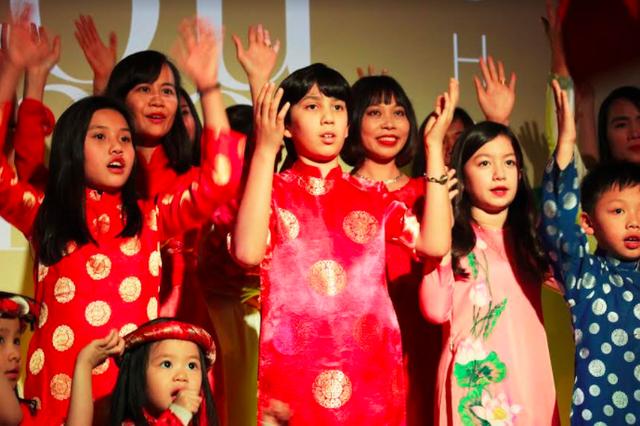 Các em bé Việt Nam và gốc Việt hào hứng biểu diễn các ca khúc bằng tiếng Việt trong chương trình