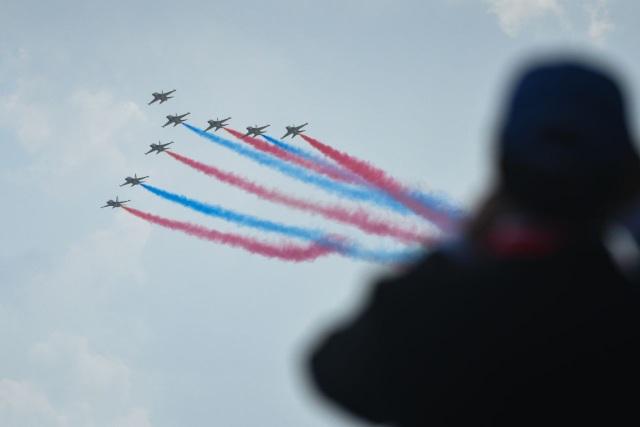 65 trong tổng số 100 công ty hàng không hàng đầu thế giới như Airbus, Boeing hay Rolls-Royce sẽ đưa sản phẩm tới dự triển lãm hàng không tại Singapore. Trong ảnh: Các máy bay huấn luyện siêu âm T-50 của Không quân Hàn Quốc tạo hình ấn tượng tại Singapore. (Ảnh: Yahoo News Singapore)