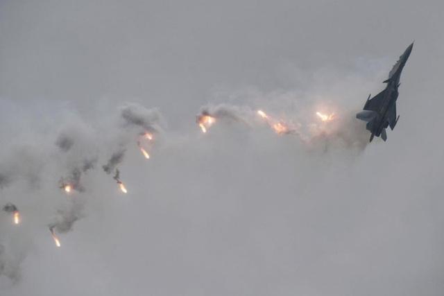 """Điểm nhấn của triển lãm hàng không Singapore năm nay là các màn trình diễn nhào lộn của máy bay từ 6 nước Singapore, Hàn Quốc, Indonesia, Thái Lan, Malaysia và Mỹ, trong đó có nhiều máy bay lần đầu """"trình làng"""". Trong ảnh: Máy bay Sukhoi Su-30MKM của Không quân Hoàng gia Malaysia phô diễn sức mạnh tại Singapore. (Ảnh: Mark Cheong)"""