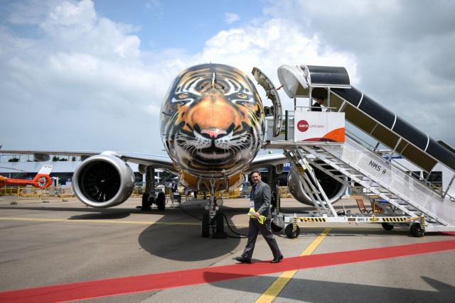 Các công nghệ lái tự động và an ninh mạng hàng không, đặc biệt trên các máy bay không người lái, là hai trọng tâm chính trong triển lãm hàng không tại Singapore năm nay. Trong ảnh: Mẫu máy bay Embraer E-190 E2 sơn hình mặt hổ xuất hiện ấn tượng tại triển lãm hàng không Singapore. (Ảnh: Yahoo News Singapore)