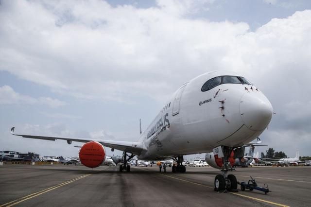 Airbus A350-1000 - mẫu máy bay chở khách tầm xa mới được cấp chứng nhận của Airbus và F-35B - máy bay chiến đấu thế hệ mới của Mỹ có thể hạ cánh như trực thăng là hai trong số những máy bay thương mại và quân sự mới tham gia triển lãm hàng không Singapore 2018. Trong ảnh: Airbus A350-1000 có mặt tại Trung tâm triển lãm Changi, Singapore từ ngày 4/2. (Ảnh: Yahoo News Singapore)