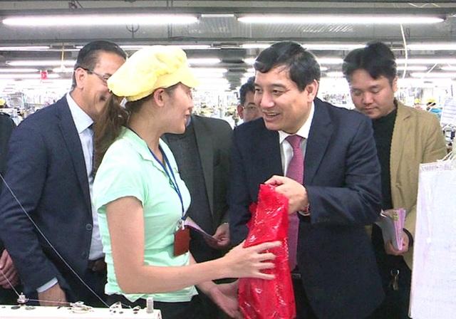 Ông Nguyễn Đắc Vinh - Bí thư Tỉnh ủy Nghệ An tặng quà cho công nhân.