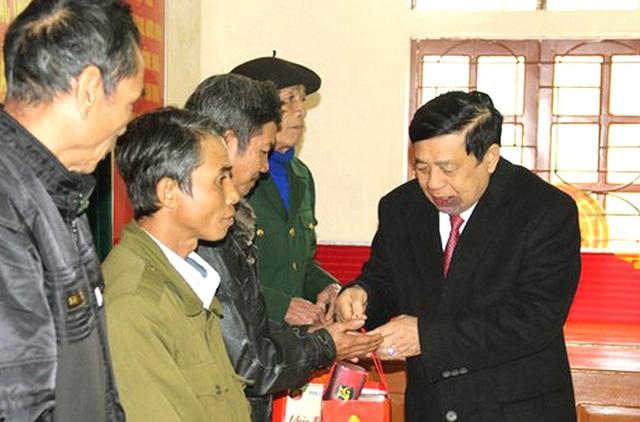 Ông nguyễn Xuân Đường - Chủ tịch UBND tỉnh Nghệ An tặng quà Tết cho hộ nghèo xã Hữu Kiệm, huyện biên giới Kỳ Sơn.