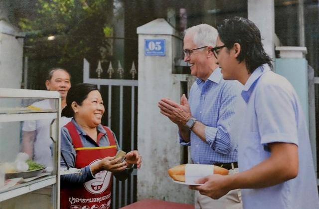 Thủ tướng Australia Malcolm Turnbull thưởng thức bánh mì Đà Nẵng