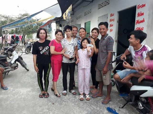 Người dân xóm trọ chung vui với Sang