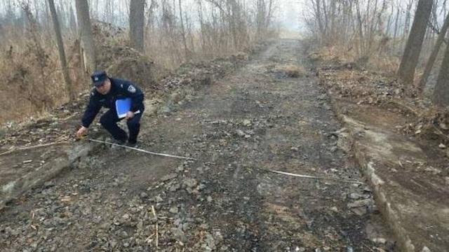 Một đoạn đường bị bóc sạch bê tông. (Ảnh: Weibo)