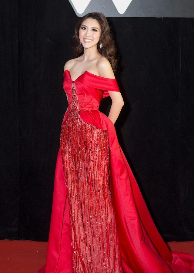 Tường Linh nổi bật với bộ trang phục đỏ lộng lẫy từng được cô sử dụng trong đêm chung kết Miss Intercontinental 2017. Bộ trang phục được đính tỉ mẩn bởi hàng ngàn viên đá swarovski, pha lê cao cấp được nhập khẩu và tạo hình thành những ngọn lửa cách điệu tôn lên vẻ đẹp cũng như sự tỏa sáng cho người măc.