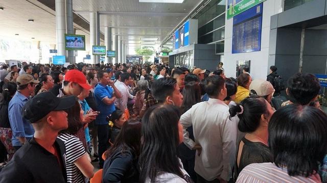 Khu vực trước cổng đến của nhà ga quốc tế có rất đông người ngóng chờ thân nhân xa xứ về quê ăn Tết