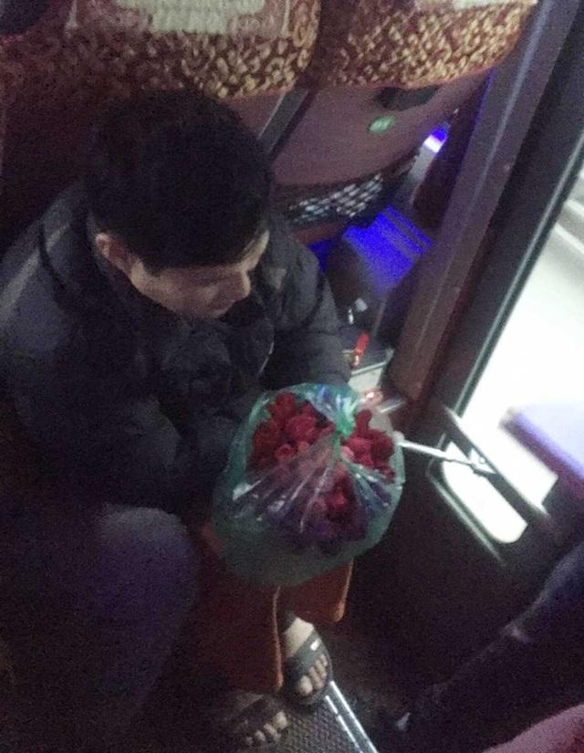 Người đàn ông nghèo cầm trên tay bó hoa tặng vợ nhân ngày 8/3 (ảnh: Nguyễn Khắc Hải)