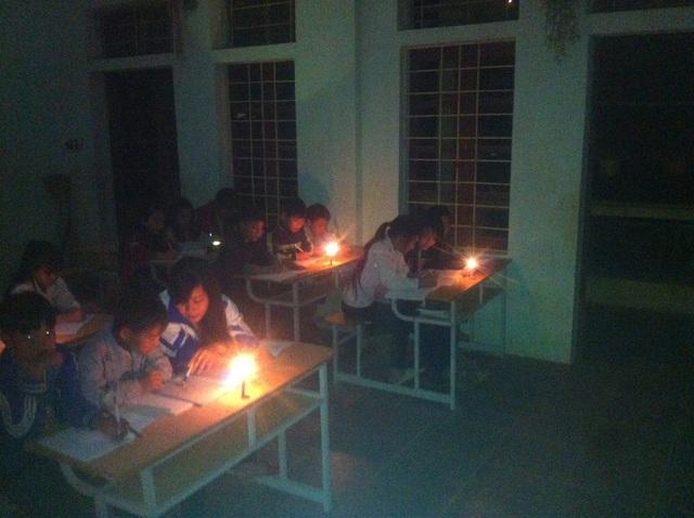 Nhiều lớp học phải dùng nến hoặc đèn dầu làm ánh sáng để học.