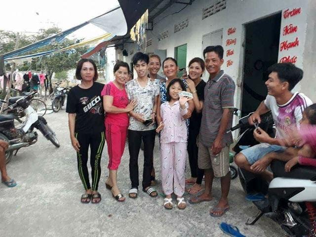 Mọi người xung quanh nhà nghỉ Thanh Thảo đến chia vui cùng anh Sang