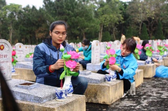 Những bông hoa tươi thắm trên phần mộ liệt sĩ