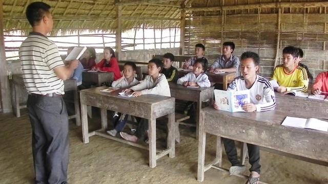 Lớp học tiếng Việt do Đồn Biên phòng Thông Thụ (BĐBP Nghệ An) mở ở bản Nậm Táy, nước bạn Lào.