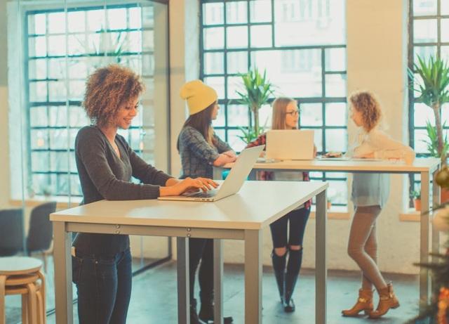 Ngày càng có nhiều người chọn bàn làm việc đứng để giảm tác động xấu đến sức khoẻ của việc it vận động.