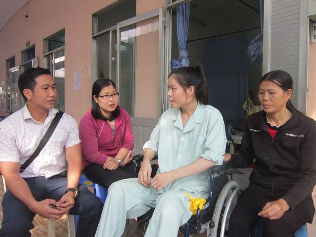 Đại diện Trường THCS Tăng Bạt Hổ, Q.4, THCM đến thăm hỏi, chúc Tết giáo viên đang điều trị bệnh.