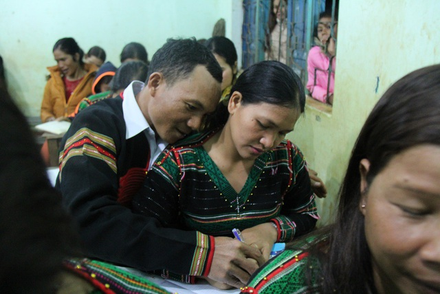 Sợ vợ ngại, Y Nhót xin đi học chung rồi ngồi cùng bàn với vợ để tiện cho việc chỉ bài