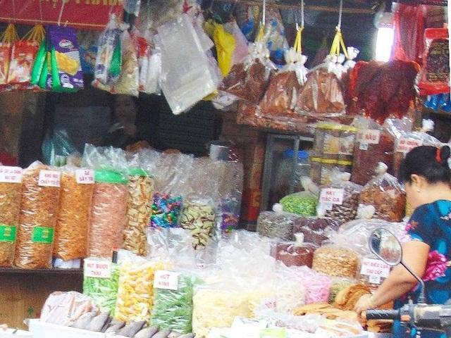 Khô bò nhiều loại được bày bán trong chợ và các cửa hàng tạp hóa ở TP.HCM. Ảnh: TRẦN NGỌC