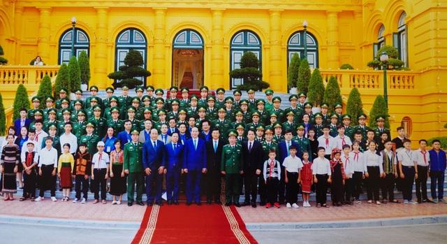 Thượng úy Nguyễn Văn Trinh và cậu học trò May xi chụp ảnh lưu niệm cùng lãnh đạo Đảng, Nhà nước và Bộ Tư lệnh Bộ đội biên phòng Việt Nam.
