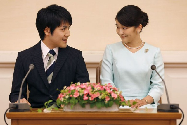 Công chúa Mako và hôn phu Kei Komuro tham dự họp báo ở Tokyo vào tháng 11/2017 để thông báo kế hoạch đám cưới (Ảnh: Kyodo)