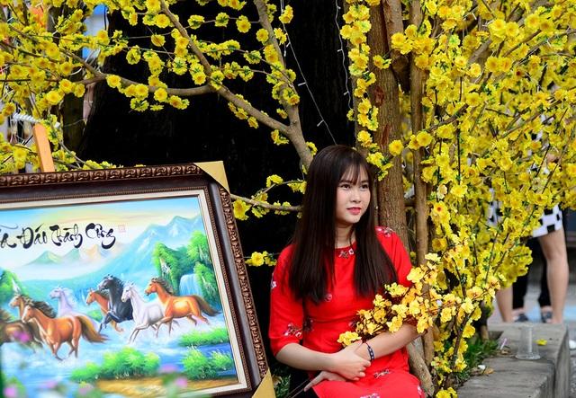 Thiếu nữ thuê cả thợ chụp hình để chụp hình với hoa.