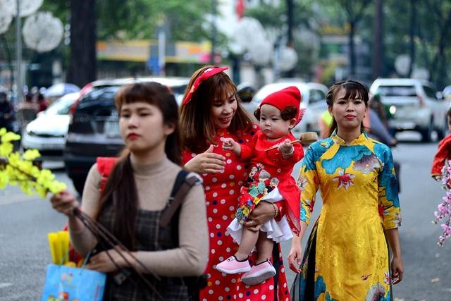 Những em bé trong trang phục áo dài dễ thương.