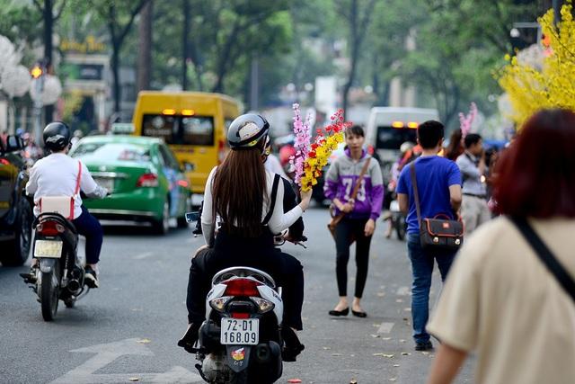Dù còn hơn một tuần nữa mới tới Tết Nguyên đán nhưng trên phố ở trung tâm quận 1 đã bắt đầu náo nhiệt.