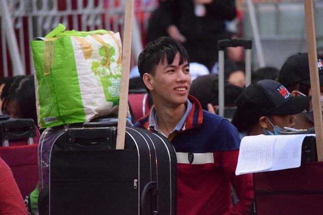 Sáng sớm nhiều sinh viên được tặng vé xe hớn hở có mặt tại lễ tiễn sinh viên về quê đón tết