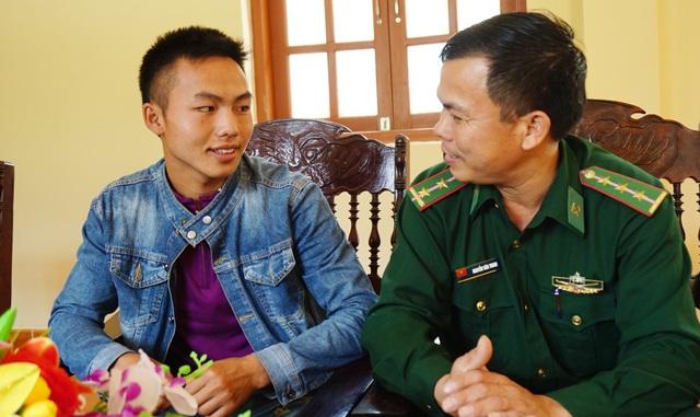 Thượng úy Nguyễn Văn Trinh và cậu học trò người Lào Thạo May Xi Thò.