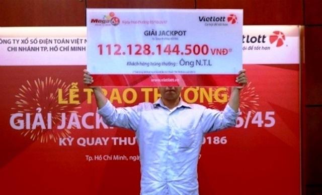 Đứng trú mưa, ông N.T.L (quê Đồng Nai) mua vé số cho vui thì trúng độc đắc hơn 112 tỷ đồng