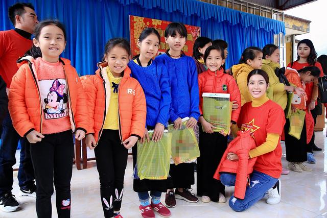 Tiếp tục hành trình thiện nguyện của mình, nữ diễn viên 9x Yan My đã mang Tết sớm tới các em học sinh vùng cao Tòng Đậu. Mỗi em học sinh của trường đều nhận được một suất quà là một áo khoác ấm, cùng đồ dùng học tập và bánh kẹo…