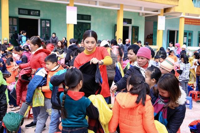 Các em học sinh vùng cao ai cũng có chiếc áo ấm của riêng mình và được mang những phần quà Tết về chia vui với bố mẹ.