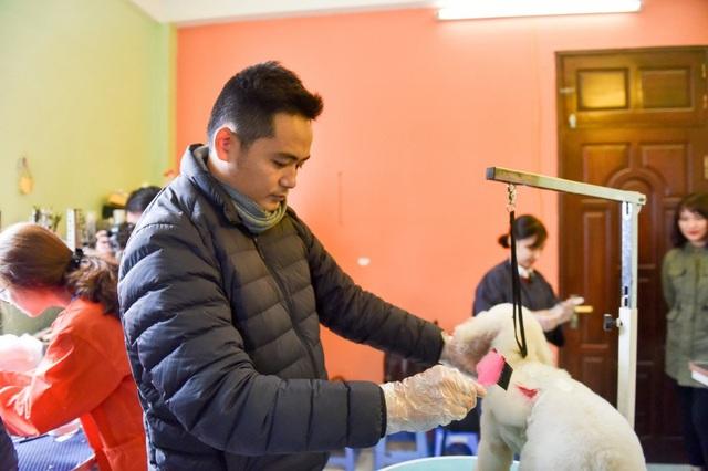 """Anh Duy Đạt là chuyên gia có 10 năm kinh nghiệm trong lĩnh vực chăm sóc thú cưng và hơn 5 năm trong lĩnh vực tỉa lông. Anh cho biết, bản thân đến với công việc đặc biệt này như một cái duyên. Ban đầu, anh theo học Công nghệ thông tin nhưng vì đam mê với chó mèo, anh đã quyết định rẽ ngang sang Trung Quốc học nghề bài bản. Càng làm, càng ham, anh tự nhận mình thuộc tuýp """"nghề chọn người"""". """"Phải theo rồi mới hiểu cái nghề này dễ gây nghiện thế nào. Tôi rất vui khi giờ đây lại tiếp tục được truyền cảm hứng cho mọi người chăm sóc lại các bạn cún khác"""", anh Đạt chia sẻ. """"Có nhiều người yêu cún đến nỗi còn làm đám tang, hoả thiêu, 49 ngày, làm giỗ cho cún cưng. Thị trường có nhu cầu thì các dịch vụ từ đó cũng ra đời theo"""", anh Đạt nói."""