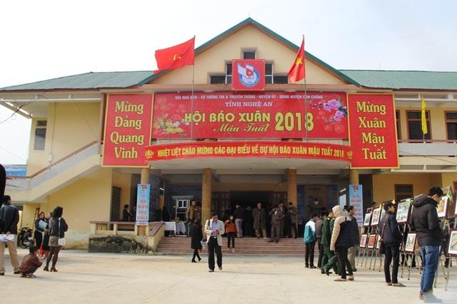Hội Báo xuân Mậu Tuất 2018 thu hút đông đảo người đến tham dự.
