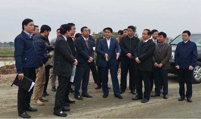 Chủ tịch UBND TP Hà Nội Nguyễn Đức Chung kiểm tra tiến độ thi công dự án đầu tư xây dựng đường trục phía Nam Hà Tây tại khu vực khu đô thị Thanh Hà.