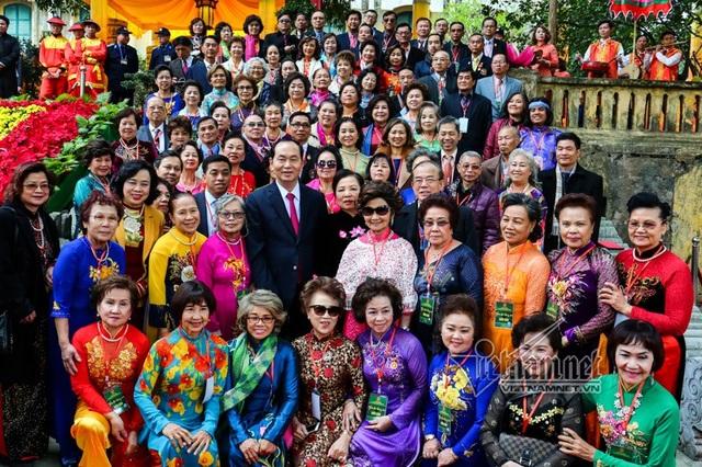Chủ tịch nước cùng phu nhân đón cộng đồng người Việt ở nước ngoài về Việt Nam đón Tết Mậu Tuất (ảnh: VNN)
