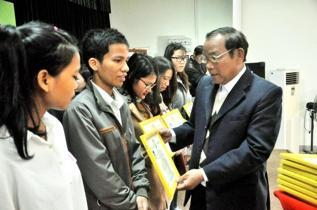Chủ tịch Hội Khuyến học Quảng Nam - ông Trần Văn Cận trao học bổng đến các em học sinh
