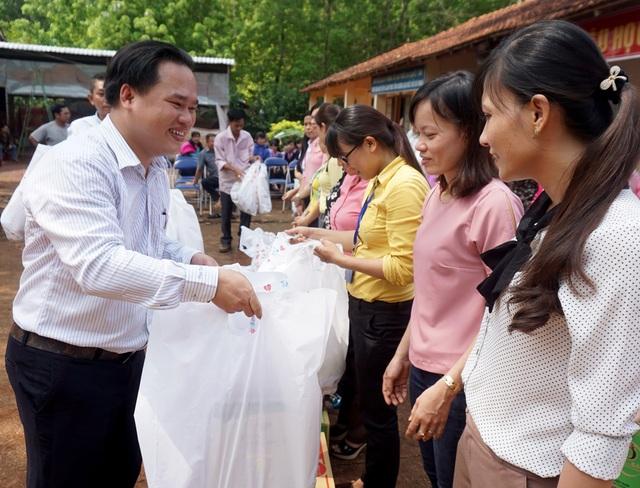 """Dân trí mang """"Xuân yêu thương"""" đến với giáo viên tỉnh Bình Phước - 8"""