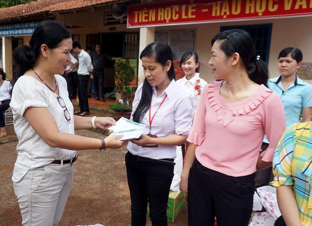 """Dân trí mang """"Xuân yêu thương"""" đến với giáo viên tỉnh Bình Phước - 6"""