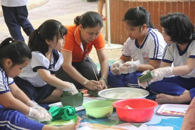 Nhiều trường học ở TPHCM tổ chức lễ hội Xuân yêu thương quyên góp thêm được nguồn quỹ để chia sẻ đến giáo viên, học sinh khó khăn.