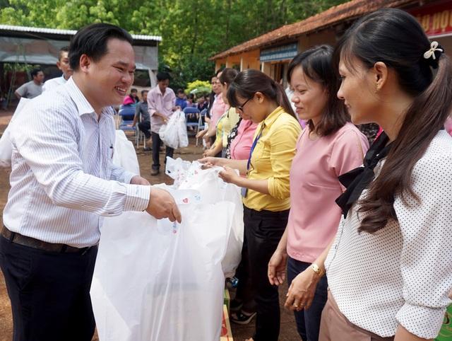 Quỹ Nhân ái báo Dân trí trao quà Tết đến giáo viên ở Bình Phước. (Ảnh: Nguyễn Quang)