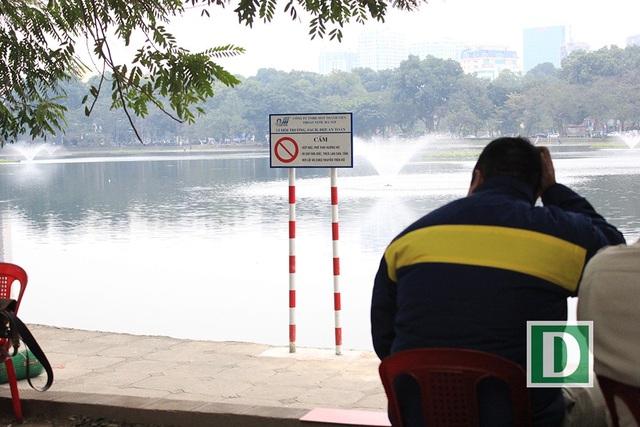 Công nhân phải luân phiên ngày, đêm trông giữ 12 con chim thiên nga ở hồ Thiền Quang (Ảnh: Trần Thanh)