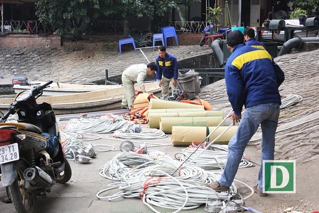 Những tấm lưới quây được cuộn tròn dùng để quây lưới khu vực giữa hồ Thiền Quang chiều ngày 7/2 (Ảnh: Trần Thanh).