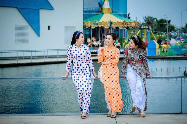 Màu sắc và hoạt tiết bắt mắt nên trào lưu áo dài cô Ba hấp dẫn chị em mùa Tết năm nay